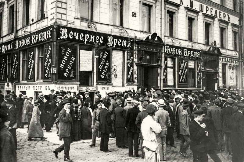 St. Petersburg crowds outside the office of the newspaper The New Times, reading the war reports, 1915.Photo by Carl Bulla/Imagno/Ullsteinbild