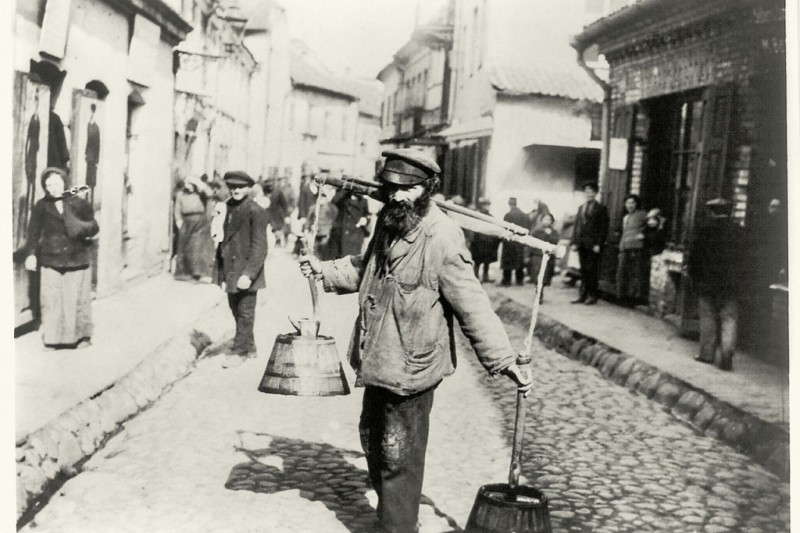 A Jewish water carrier in Vilnius, 1900.Photo by Library of Congress, Prints and Photographs Division, Washington, D.C, Carpenter Collection