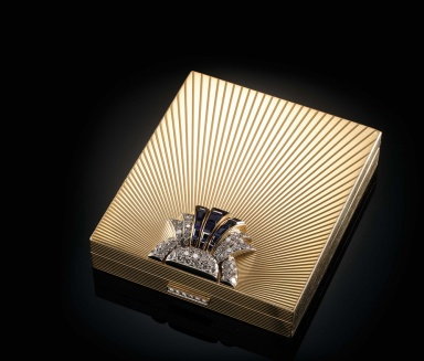 A rectangular nécessaire de beauté by Bulgari, circa 1940-1950, in gold, sapphires and diamonds, and engraved with a pattern of rays.