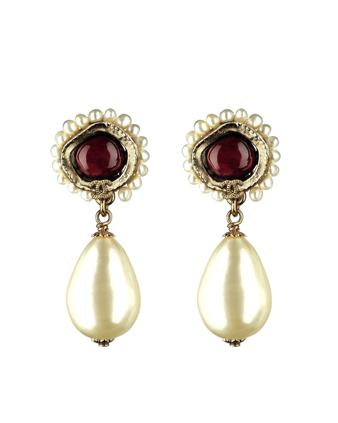 CHANEL Golden metal and red resin earrings