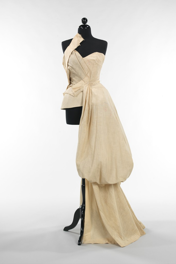 Charles James' muslin evening dress, 1947. Photo by (c) The Metropolitan Museum of Art, Brooklyn Museum Costume Collection at The Metropolitan Museum of Art, Gift of the Brooklyn Museum, 2009; Gift of Millicent Huttleston Rogers, 1949 (2009.300.754)