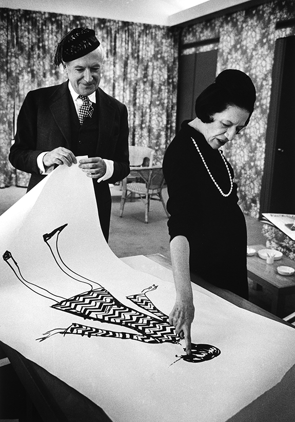 Diana Vreeland looks at a drawing with Cecil Beaton in 1965. © James Karales