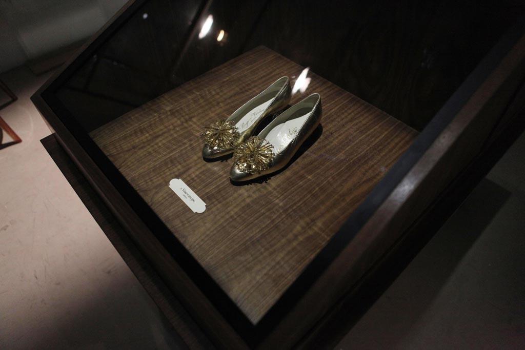 """""""Virgule, etc…in the Footsteps of Roger Vivier"""" exhibition in Paris"""