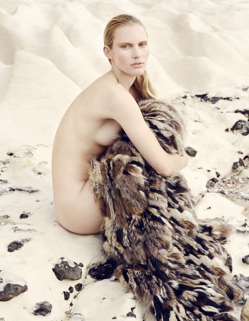 Emily Baker Nude Photos 12