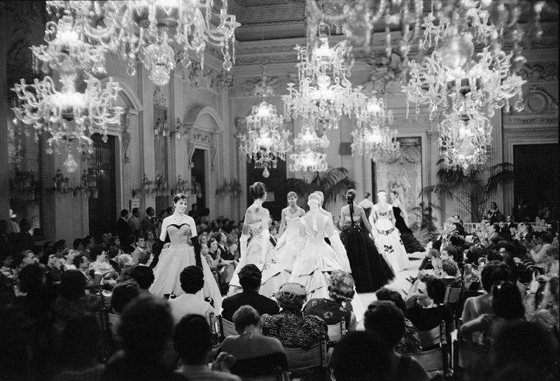 Fashion show in Sala Bianca, 1955. Archivio Giorgini.