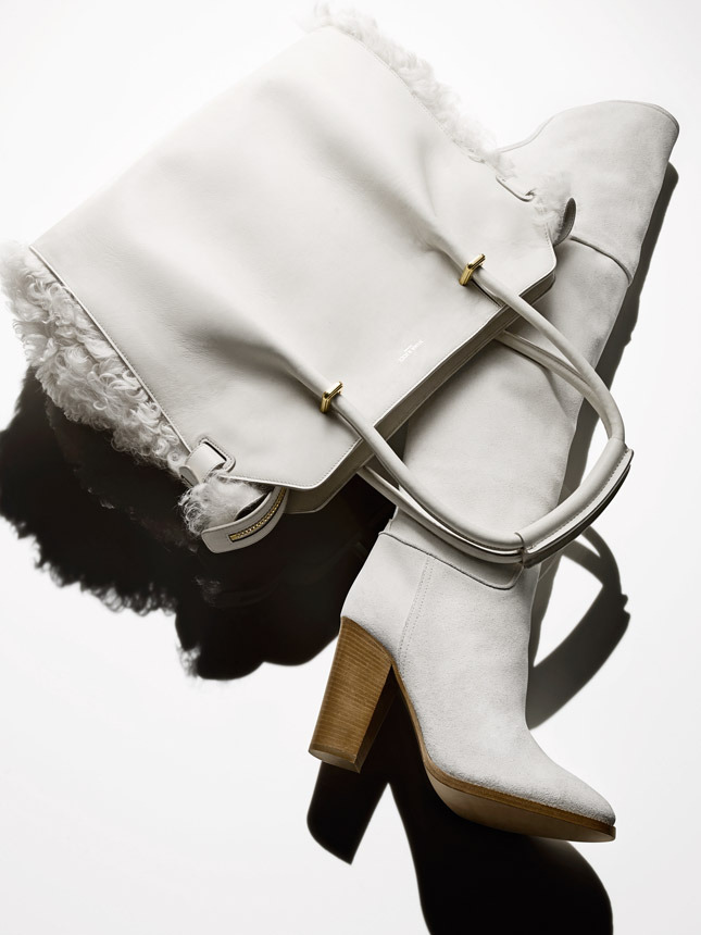 Bag made ​​of leather and sheepskin , Nina Ricci; suede boots,  Ralph Lauren Collection
